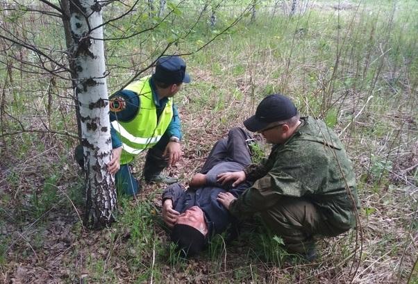 Мужчину нашли лежащим на земле в лесу