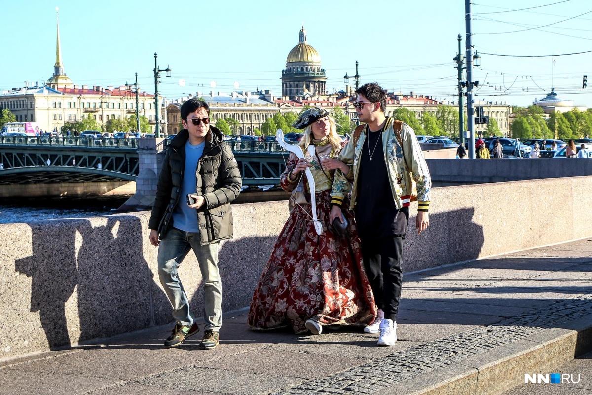 Схема проста: к вам подходит милая девушка в костюме, просит сфотографировать её с вашим спутником, и вы уже должны несколько тысяч рублей