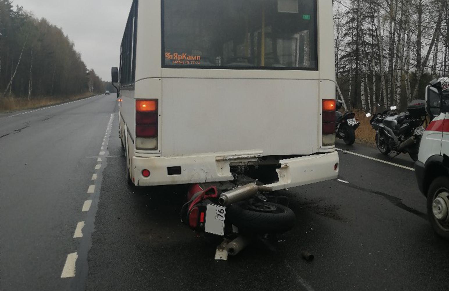 Мотоцикл влетел под автобус