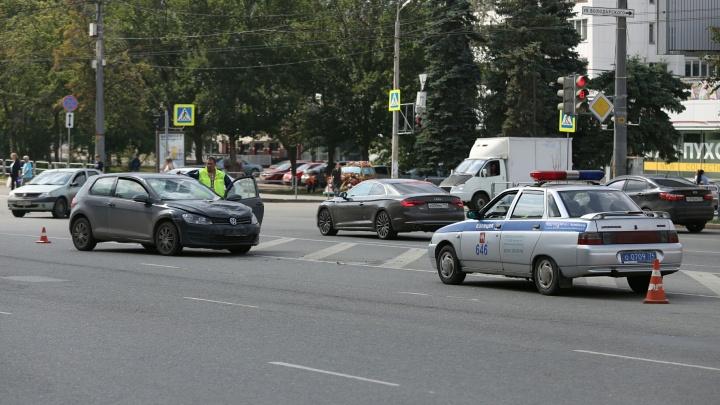 В центре Челябинска сотрудник мотовзвода ГИБДД во время погони попал в аварию