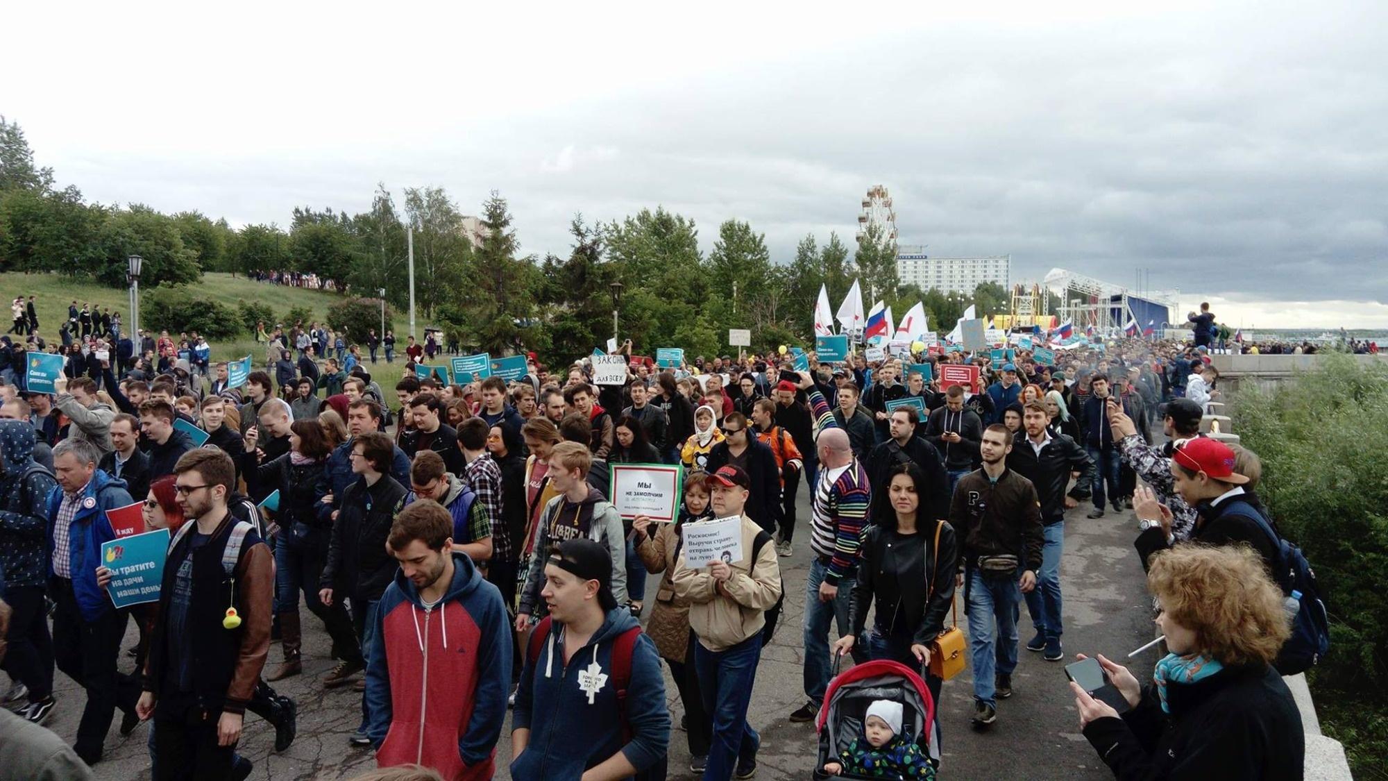 Митингующие идут по Михайловской набережной