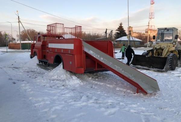 Единственная в мире: в Зауралье построили горку из пожарной машины