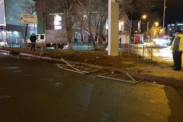 Водитель иномарки протаранила ограждение у перекрестка и сбила пешеходов<br><br>