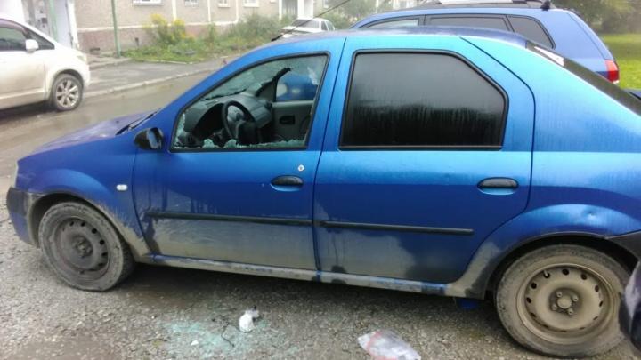 На Уралмаше воры разбили припаркованные машины и украли из них все ценные вещи