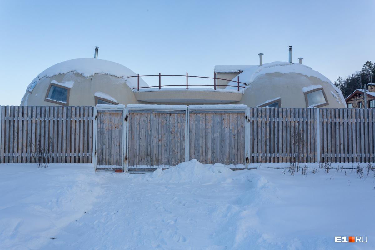 Так дом выглядит с парадной стороны — прячется за воротами. Высота дома чуть больше 5 метров