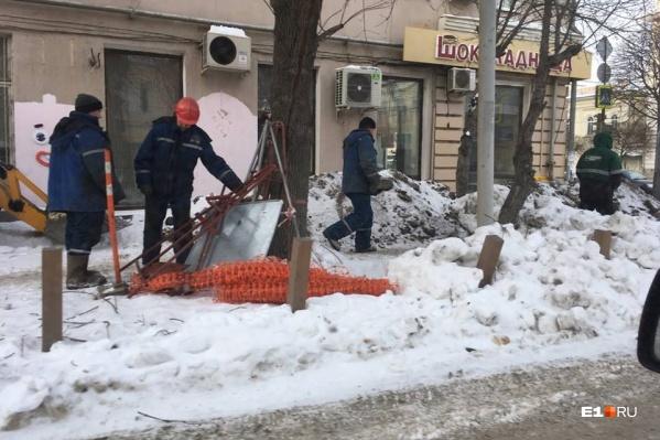 Ремонтные работы частично развернули на тротуаре, частично на газоне