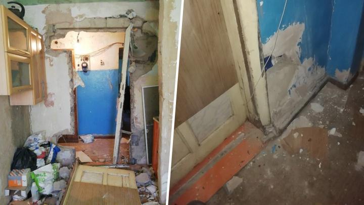 «Вышла» вместе с дверью: в челябинской пятиэтажке рухнула стена