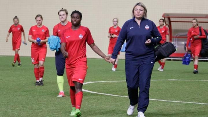 Врач женского футбольного клуба «Енисей» спасла пассажирку во время полета