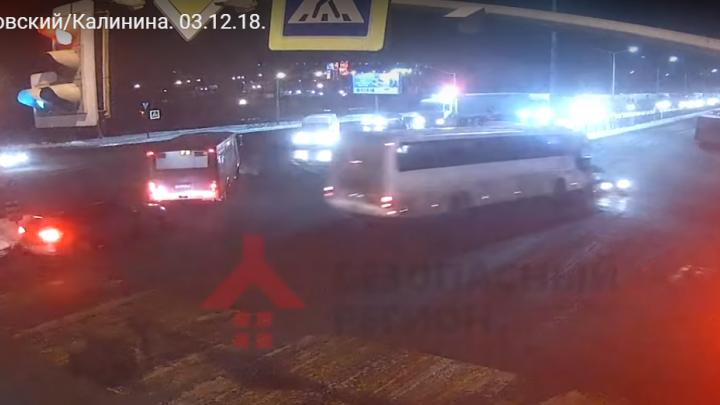 Шёл на таран на красный: появилось видео, как автобус влетел в легковушку на Московском проспекте