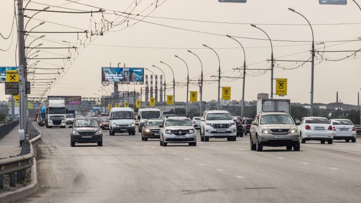 «Где дороги?»: на Димитровском мосту появились ямы, а возле «МЕГИ» машины рвут колёса