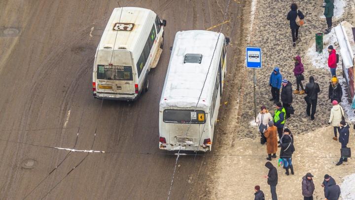 В Самаре водитель маршрутки высадил маму с двумя детьми
