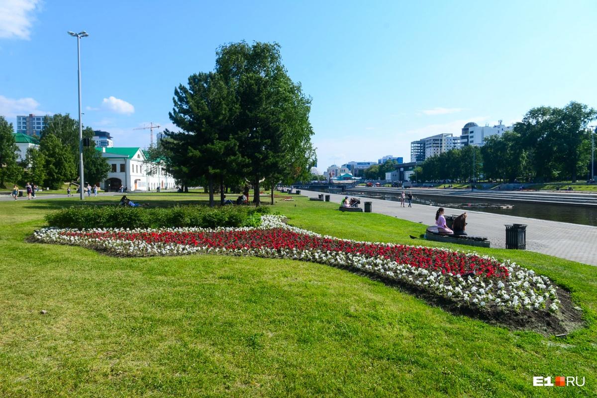 Самые большие цветники по традиции — в сердце города, в Историческом сквере на Плотинке