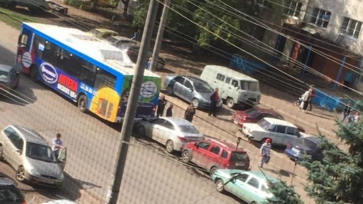 На улице Машиностроителей в Уфе автобус собрал «паровозик» из машин