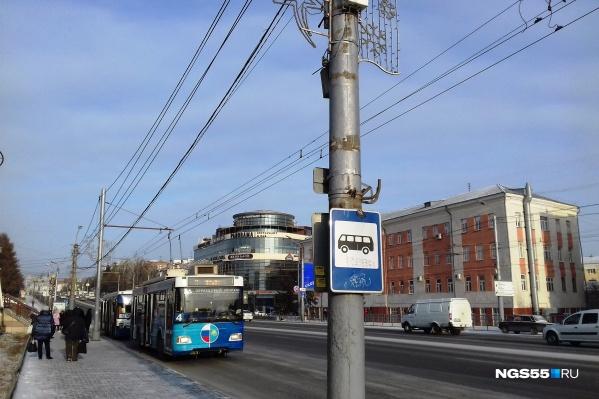 Электронные табло раньше висели прямо над знаком автобусной остановки