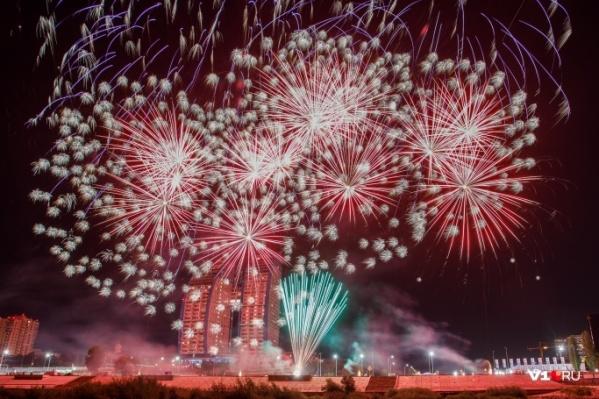 Разноцветные «шары» поднялись в небо над Волгоградом в 01:00