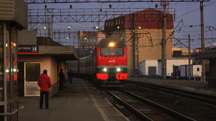 Пассажирский поезд Санкт-Петербург — Екатеринбург застрял в пути из-за обледенения контактной сети