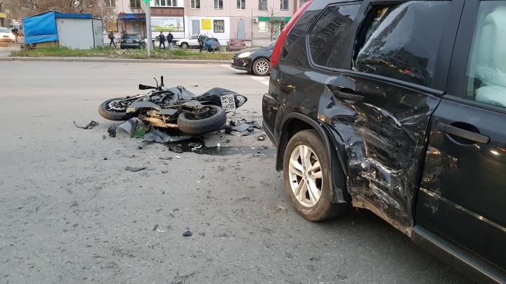 Внутренние органы ушили: врачи спасли мотоциклиста, столкнувшегося с кроссовером около педучилища