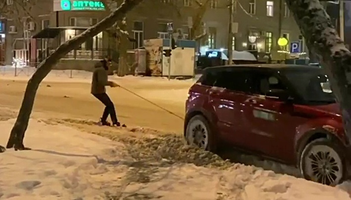 Сноубордист прицепился к машине и проехал по засыпанному Новосибирску — он повторил трюк американца