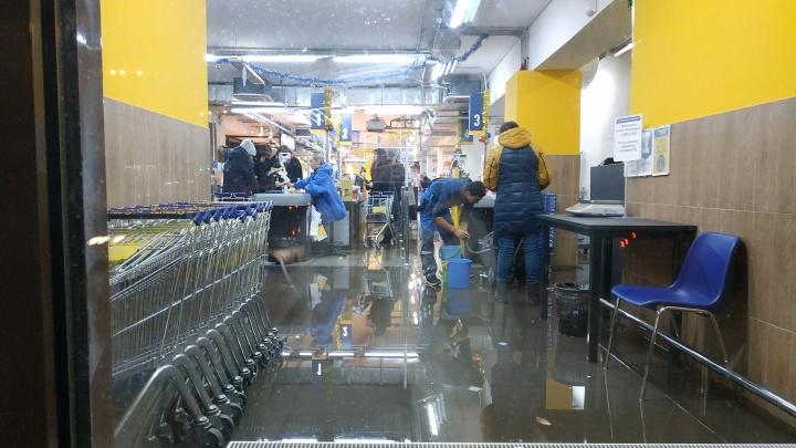 Пытаются убирать, но не справляются: супермаркет «Лента» на улице Ленина затопило водой