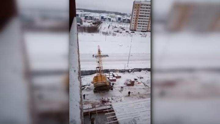 В Березниках на стройке в ЖК «Любимов» упал кран. Видео