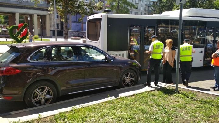 В Самаре автобус-шаттл притёр припаркованный возле банка Porsche