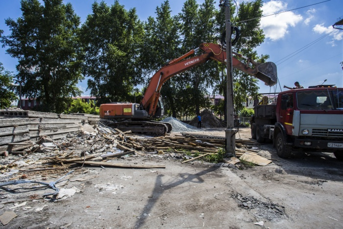 Рабочие рушат здание бывшего детсада на ул. Народной, 9