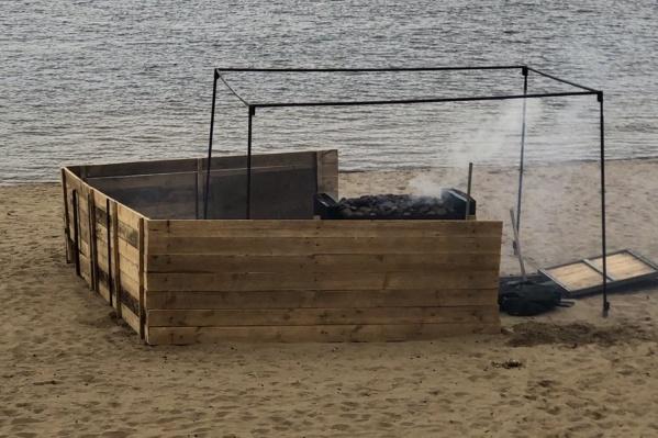 Пару дней назад внимание самарцев привлёк странный дымящийся объект на пляже