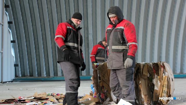 «Одной рукой — 27 тысяч, двумя — 35»: как мы устраивались работать на мусоросортировочный завод