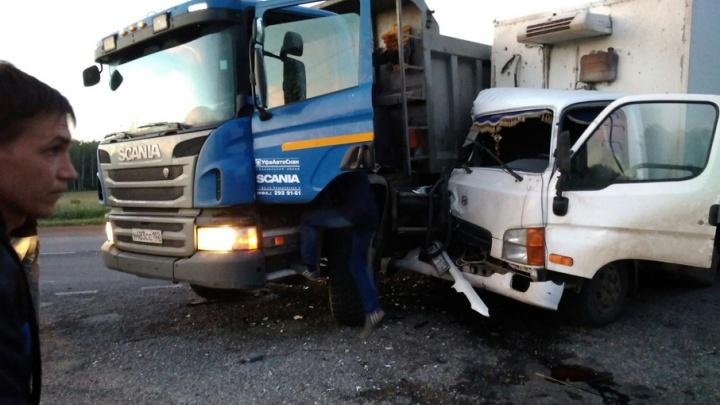 Под Уфой столкнулись фура «Сканиа» и грузовик «Хендай»