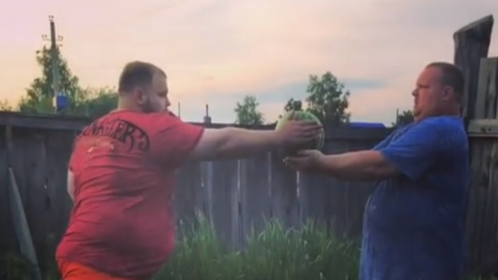 Видео: Красноярский чемпион по пощёчинам разбил арбуз одним ударом