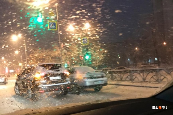 Екатеринбург заваливало снегом с самого утра