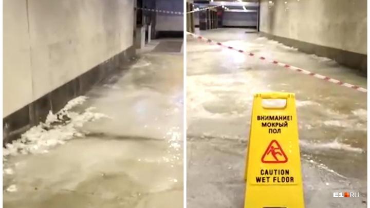 «Как будто ледостав»: в Екатеринбурге затопило подземный переход на железнодорожном вокзале
