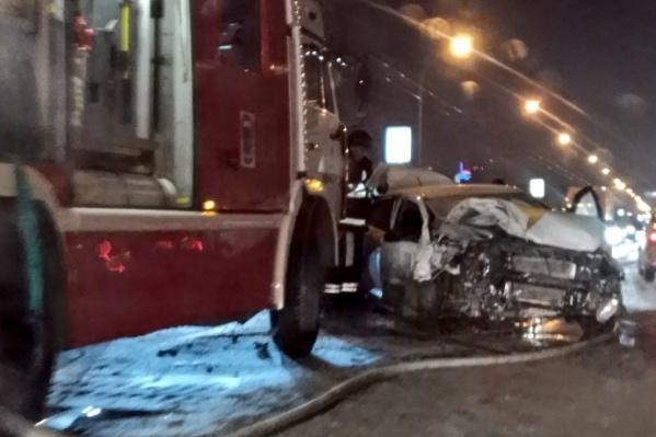Из-за ночной аварии на Октябрьском мосту пять человек получили серьёзные травмы