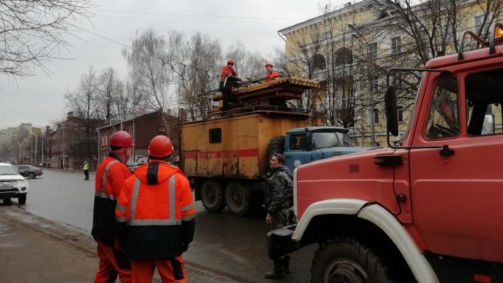 В Ярославле на детскую площадку рухнули строительные леса: фото и видео с места ЧП