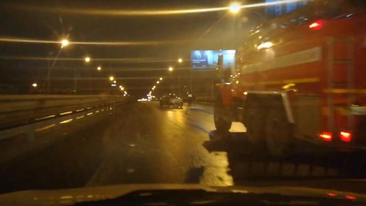 Ночью на Пермяковском путепроводе водитель ZAZ Chance врезался в ограждение