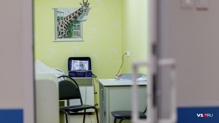 В Волгограде пьяная мать накинулась в поликлинике на педиатра с ножницами и украла мобильник