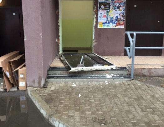 Проделки подростков блокировали жителей подъезда в «Белых росах»