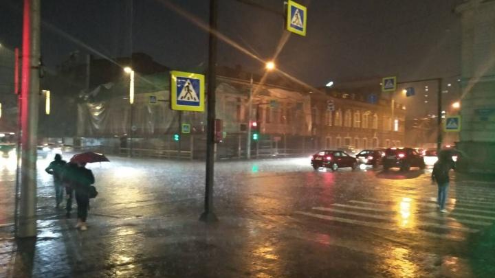 Как топит Красноярск: в город пришел сильный ливень с грозами