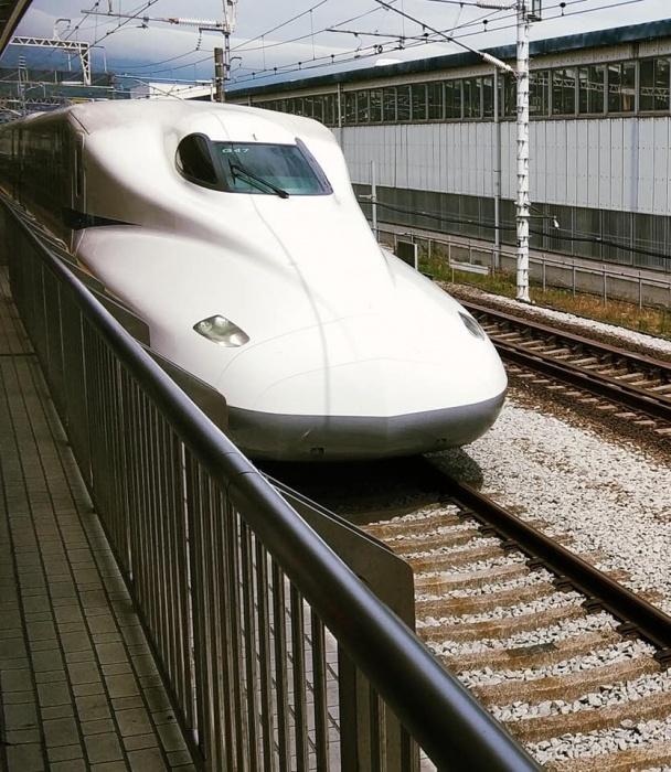 Это синкансэн (современный скоростной поезд) в Японии
