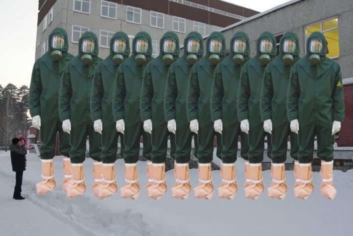Отряд противочумных костюмов на страже инфекционного отделения 40-й горбольницы