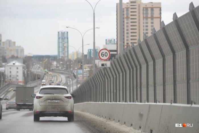 По путепроводу на Московской можно ездить со скоростью 60 км/ч, но многие водители привыкли разгоняться по нему до сотни