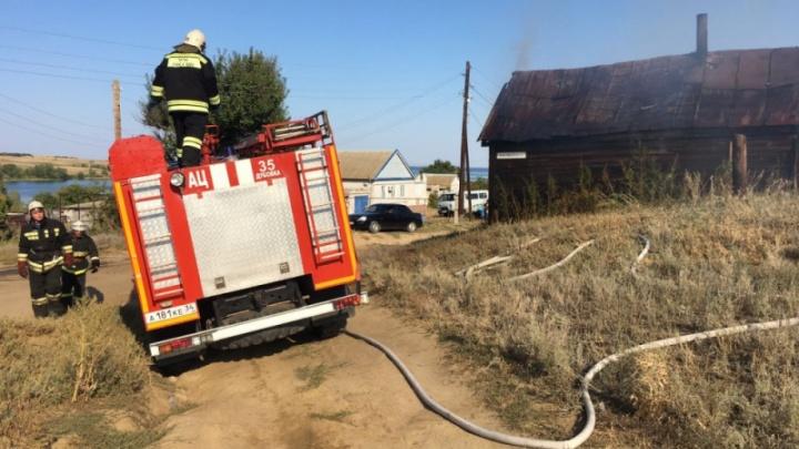 Двое погибли, один в больнице: под Волгоградом сгорел жилой дом с людьми