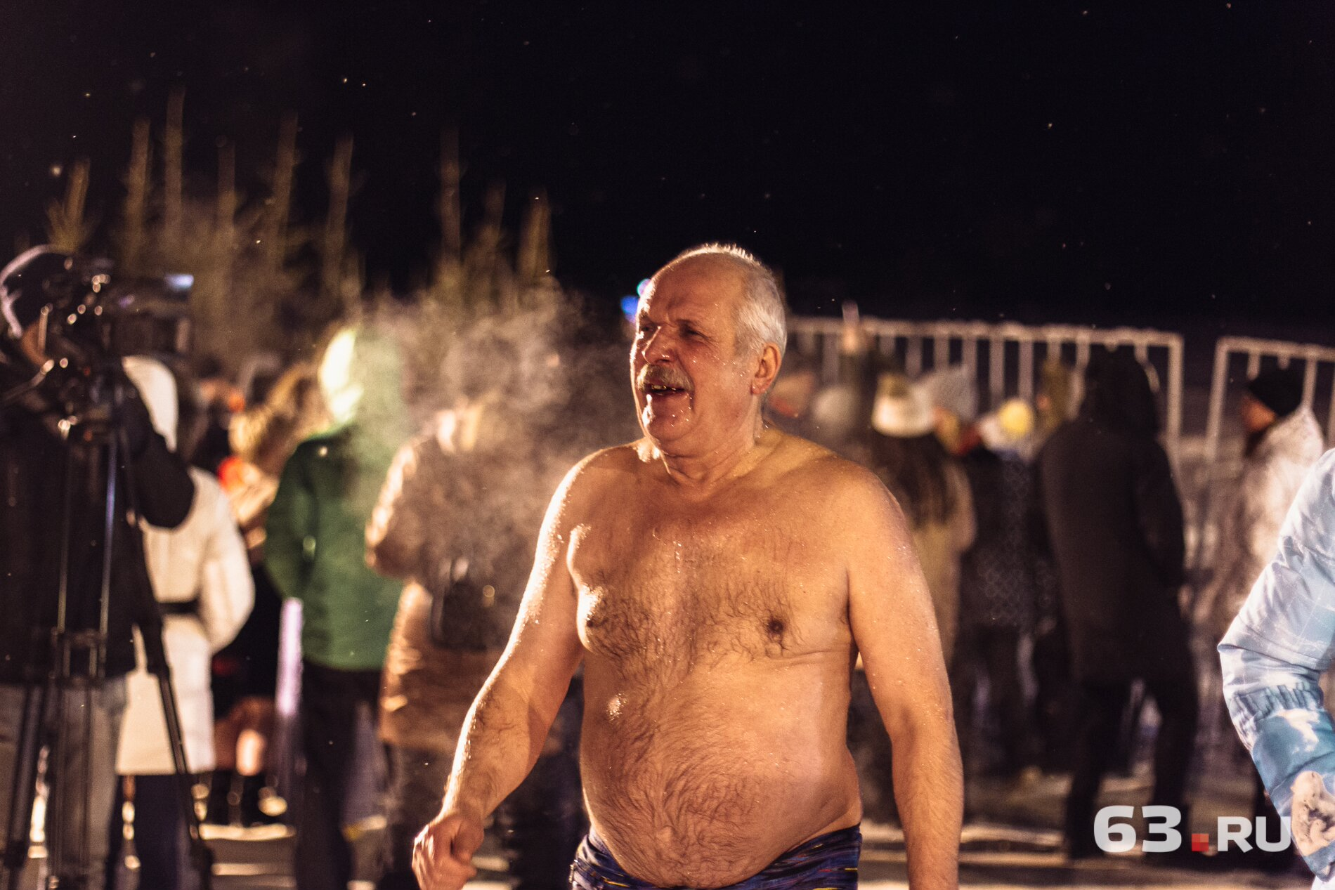 Мужчина из Самары гуляет по морозу топлесс и, кажется, ему нормально