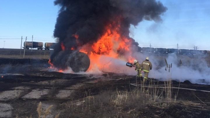 «Посёлку угрозы нет»: под Волгоградом загорелась заброшенная автозаправка у железной дороги