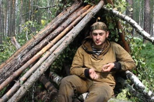 Красноярский лесник-блогер снимал видео о выживании в лесу в дождь и встретил медведя