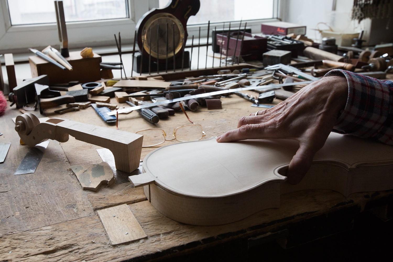 Мастер не может сказать, что он любит больше — преподавание или создание инструментов. По его словам, это как выбрать, какого ребёнка из двоих детей больше любишь