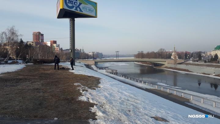 Омич провалился в полынью у Комсомольского моста