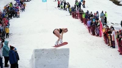 На лыжах и сноубордах — девушки в бикини, омоновцы и ананас. Как прошло закрытие сезона в Губахе