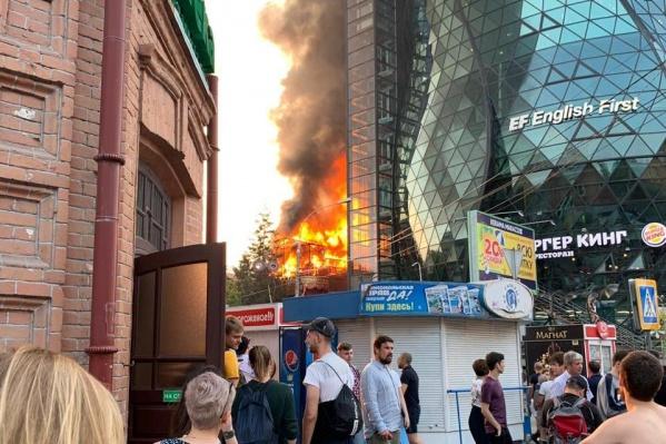 Пламя вырывалось из-под крыши здания на улице Чаплыгина