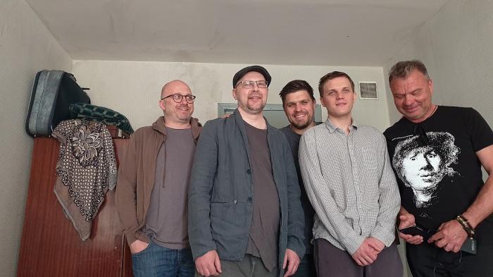 Алексей Иванов (второй слева) и Роман Васьянов (третий слева) с командой